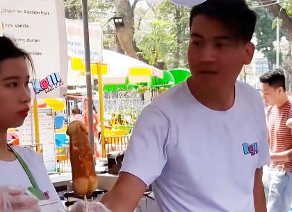 Cha mẹ phát hoảng khi hội chợ thiếu nhi bán bánh phản cảm-1