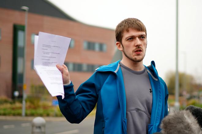 Vụ kiện giữa gia đình cậu bé Alfie Evans với các bác sĩ đang khiến dư luận nước Anh dậy sóng-2