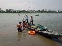 Nhảy cầu tự tử, nam thanh niên 18 tuổi luống cuống bám vào cọc tiêu giữa sông để sống sót