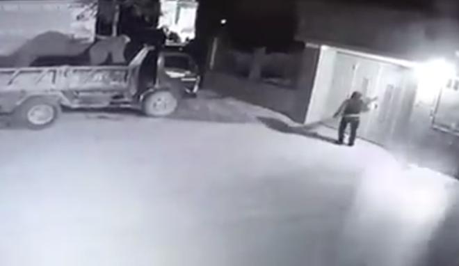Điều tra clip 2 đối tượng cầm súng bắn vào nhà dân rồi đốt ô tô-1