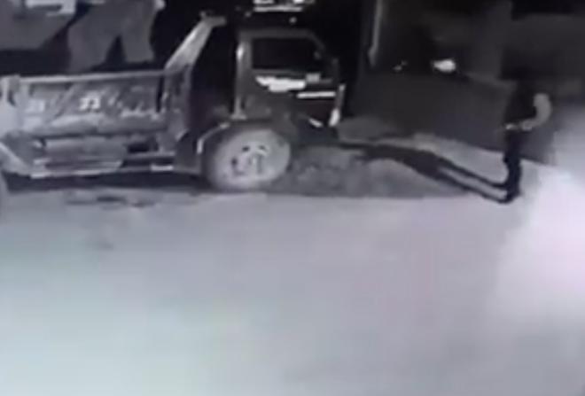 Điều tra clip 2 đối tượng cầm súng bắn vào nhà dân rồi đốt ô tô-2