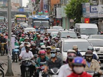 Kết thúc ngày làm việc trước kỳ nghỉ lễ 30/4, hàng trăm người dân khăn gói di chuyển bẳng xe máy về quê