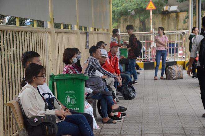 Kết thúc ngày làm việc trước kỳ nghỉ lễ 30/4, hàng trăm người dân khăn gói di chuyển bẳng xe máy về quê-2