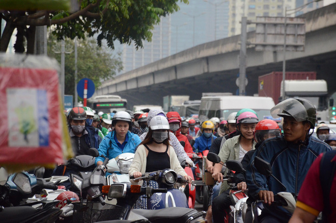 Kết thúc ngày làm việc trước kỳ nghỉ lễ 30/4, hàng trăm người dân khăn gói di chuyển bẳng xe máy về quê-3
