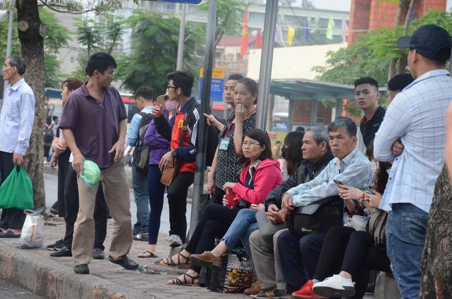 Kết thúc ngày làm việc trước kỳ nghỉ lễ 30/4, hàng trăm người dân khăn gói di chuyển bẳng xe máy về quê-4
