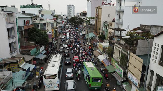 Kết thúc ngày làm việc trước kỳ nghỉ lễ 30/4, hàng trăm người dân khăn gói di chuyển bẳng xe máy về quê-5