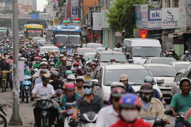 Kết thúc ngày làm việc trước kỳ nghỉ lễ 30/4, hàng trăm người dân khăn gói di chuyển bẳng xe máy về quê-6
