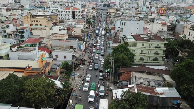 Kết thúc ngày làm việc trước kỳ nghỉ lễ 30/4, hàng trăm người dân khăn gói di chuyển bẳng xe máy về quê-7