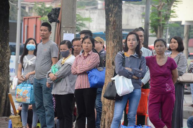 Kết thúc ngày làm việc trước kỳ nghỉ lễ 30/4, hàng trăm người dân khăn gói di chuyển bẳng xe máy về quê-1