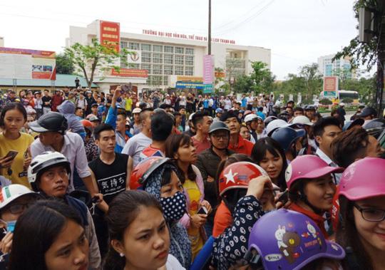 Hàng trăm người dân vây kín ngôi nhà nghi tụ điểm Hội Thánh Đức Chúa Trời Mẹ-2