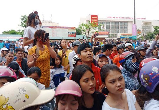 Hàng trăm người dân vây kín ngôi nhà nghi tụ điểm Hội Thánh Đức Chúa Trời Mẹ-4