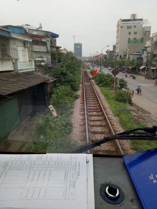 Hà Nội: Thanh niên gối đầu lên đường ray ngủ ngon lành khiến cả đoàn tàu phải dừng lại để gọi dậy-2