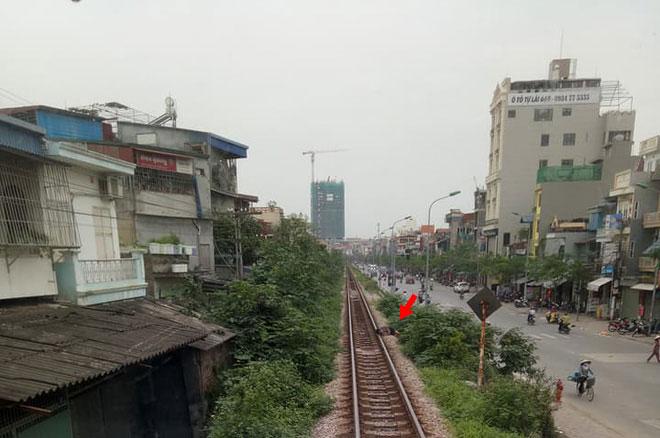 Hà Nội: Thanh niên gối đầu lên đường ray ngủ ngon lành khiến cả đoàn tàu phải dừng lại để gọi dậy-1