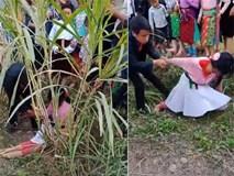 Clip: Thiếu nữ gào khóc, vùng vẫy thoát khỏi nam thanh niên khi bị bắt về làm vợ