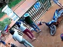 Clip thót tim: Hai bé gái bị cánh cổng sắt đè ngang người trong khi nô đùa