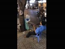 Bắt gặp cảnh người bảo vệ tập gym trên phố Sài Gòn, chàng Tây không khỏi bất ngờ, thích thú