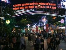 Người dân 2 miền đổ xuống đường vui chơi dịp lễ 30/4: Hà Nội đông đúc, Sài Gòn bình yên