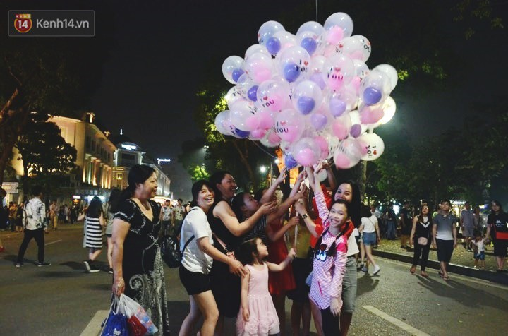 Người dân 2 miền đổ xuống đường vui chơi dịp lễ 30/4: Hà Nội đông đúc, Sài Gòn bình yên-3