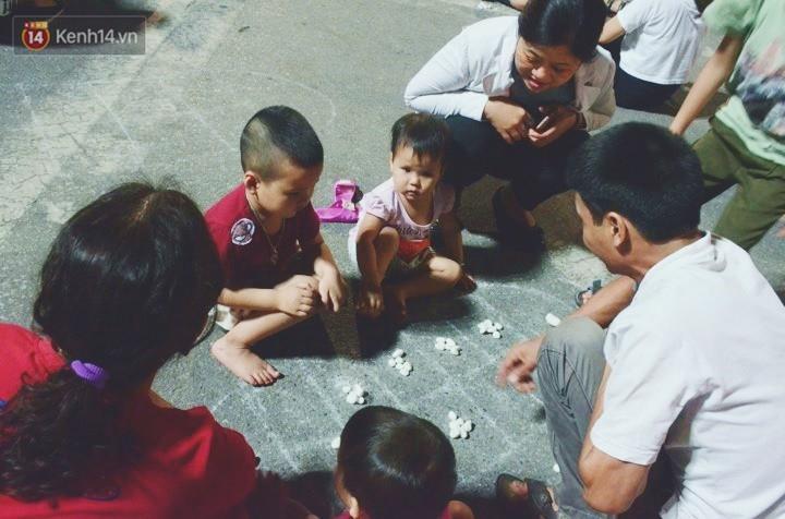 Người dân 2 miền đổ xuống đường vui chơi dịp lễ 30/4: Hà Nội đông đúc, Sài Gòn bình yên-5