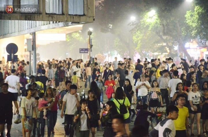 Người dân 2 miền đổ xuống đường vui chơi dịp lễ 30/4: Hà Nội đông đúc, Sài Gòn bình yên-1
