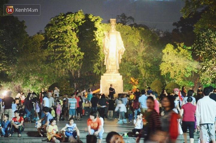 Người dân 2 miền đổ xuống đường vui chơi dịp lễ 30/4: Hà Nội đông đúc, Sài Gòn bình yên-2