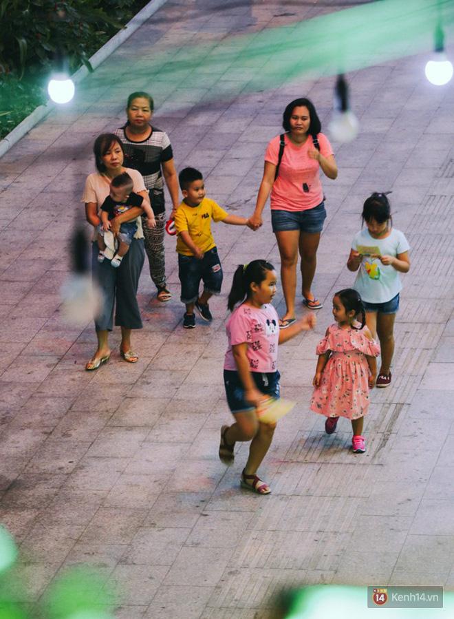 Người dân 2 miền đổ xuống đường vui chơi dịp lễ 30/4: Hà Nội đông đúc, Sài Gòn bình yên-9