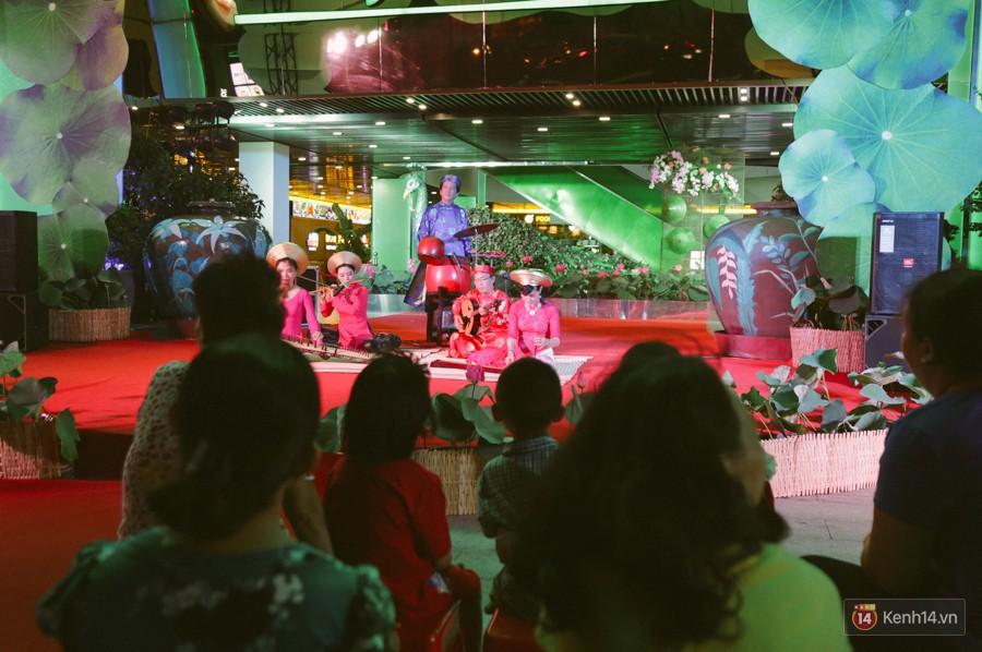Người dân 2 miền đổ xuống đường vui chơi dịp lễ 30/4: Hà Nội đông đúc, Sài Gòn bình yên-12