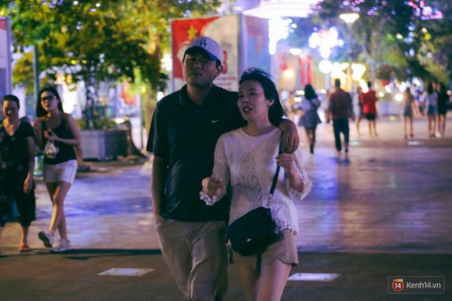Người dân 2 miền đổ xuống đường vui chơi dịp lễ 30/4: Hà Nội đông đúc, Sài Gòn bình yên-16