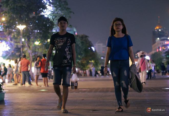 Người dân 2 miền đổ xuống đường vui chơi dịp lễ 30/4: Hà Nội đông đúc, Sài Gòn bình yên-15