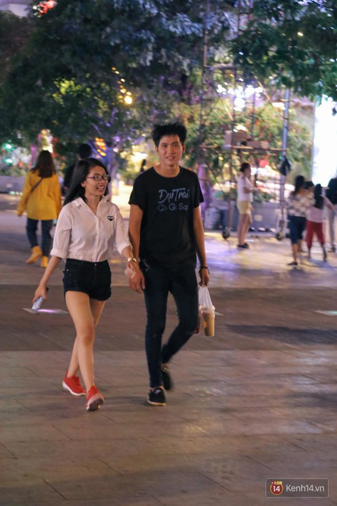 Người dân 2 miền đổ xuống đường vui chơi dịp lễ 30/4: Hà Nội đông đúc, Sài Gòn bình yên-14