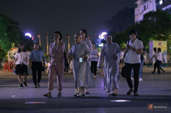 Người dân 2 miền đổ xuống đường vui chơi dịp lễ 30/4: Hà Nội đông đúc, Sài Gòn bình yên-13