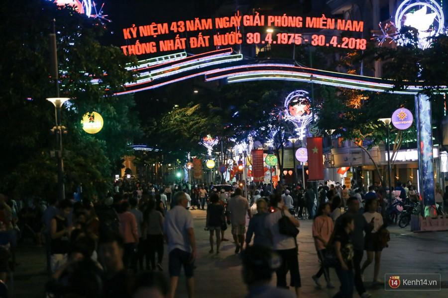 Người dân 2 miền đổ xuống đường vui chơi dịp lễ 30/4: Hà Nội đông đúc, Sài Gòn bình yên-6