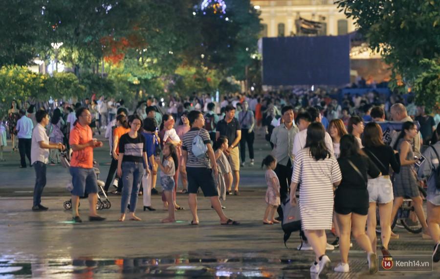 Người dân 2 miền đổ xuống đường vui chơi dịp lễ 30/4: Hà Nội đông đúc, Sài Gòn bình yên-11
