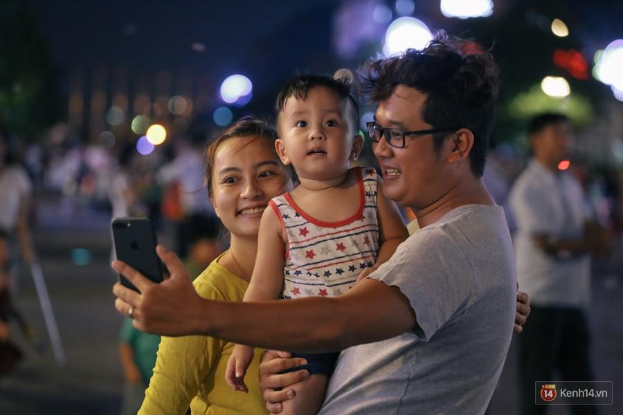 Người dân 2 miền đổ xuống đường vui chơi dịp lễ 30/4: Hà Nội đông đúc, Sài Gòn bình yên-17