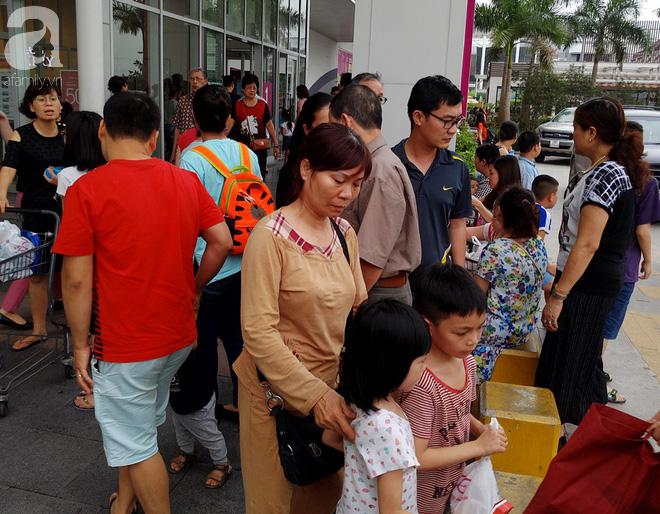 Hà Nội: Siêu thị kẹt cứng, người dân xếp hàng mua đồ ăn, trẻ nhỏ mệt nhoài ngủ gục trên vai cha mẹ-1