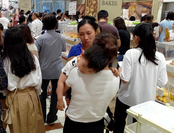 Hà Nội: Siêu thị kẹt cứng, người dân xếp hàng mua đồ ăn, trẻ nhỏ mệt nhoài ngủ gục trên vai cha mẹ-11
