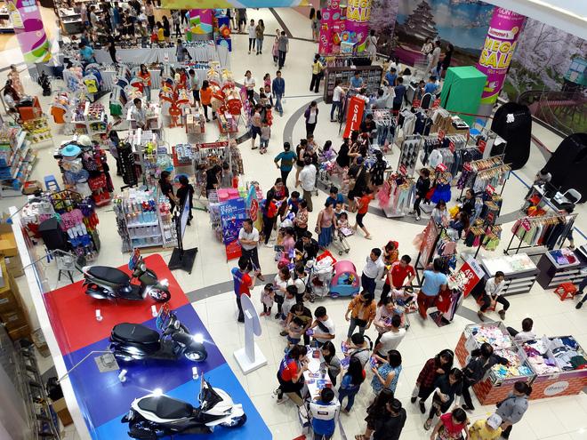 Hà Nội: Siêu thị kẹt cứng, người dân xếp hàng mua đồ ăn, trẻ nhỏ mệt nhoài ngủ gục trên vai cha mẹ-12