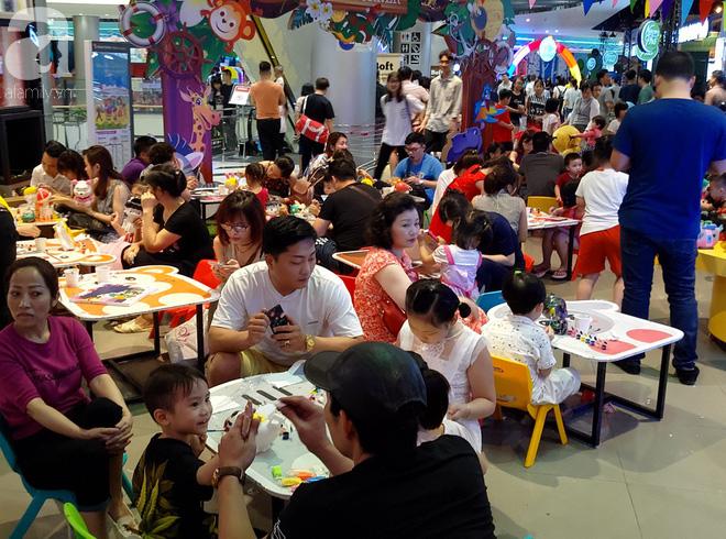 Hà Nội: Siêu thị kẹt cứng, người dân xếp hàng mua đồ ăn, trẻ nhỏ mệt nhoài ngủ gục trên vai cha mẹ-13