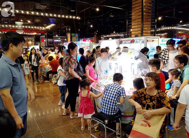 Hà Nội: Siêu thị kẹt cứng, người dân xếp hàng mua đồ ăn, trẻ nhỏ mệt nhoài ngủ gục trên vai cha mẹ-15