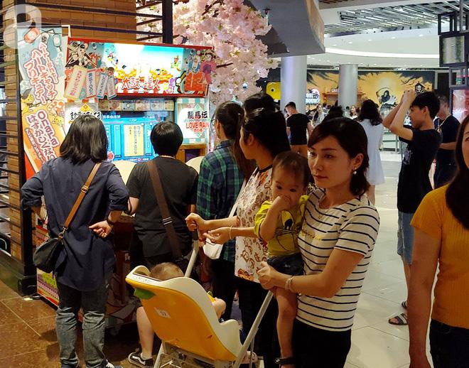 Hà Nội: Siêu thị kẹt cứng, người dân xếp hàng mua đồ ăn, trẻ nhỏ mệt nhoài ngủ gục trên vai cha mẹ-16