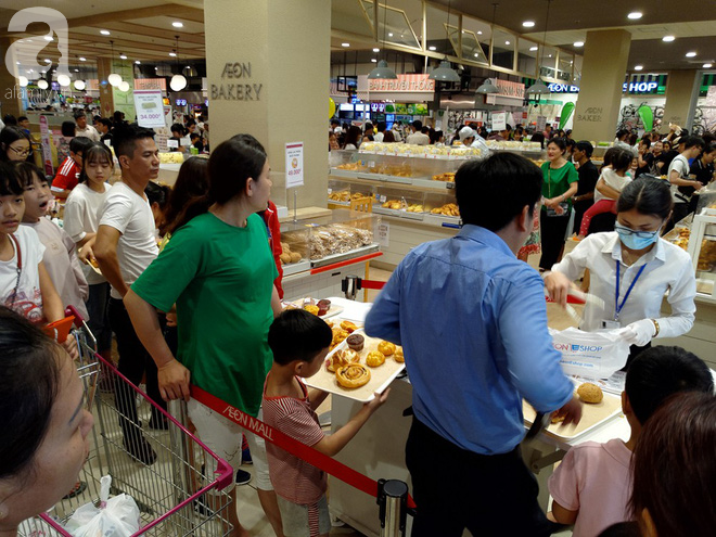 Hà Nội: Siêu thị kẹt cứng, người dân xếp hàng mua đồ ăn, trẻ nhỏ mệt nhoài ngủ gục trên vai cha mẹ-3