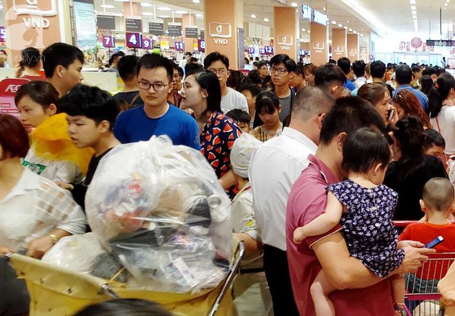 Hà Nội: Siêu thị kẹt cứng, người dân xếp hàng mua đồ ăn, trẻ nhỏ mệt nhoài ngủ gục trên vai cha mẹ-6