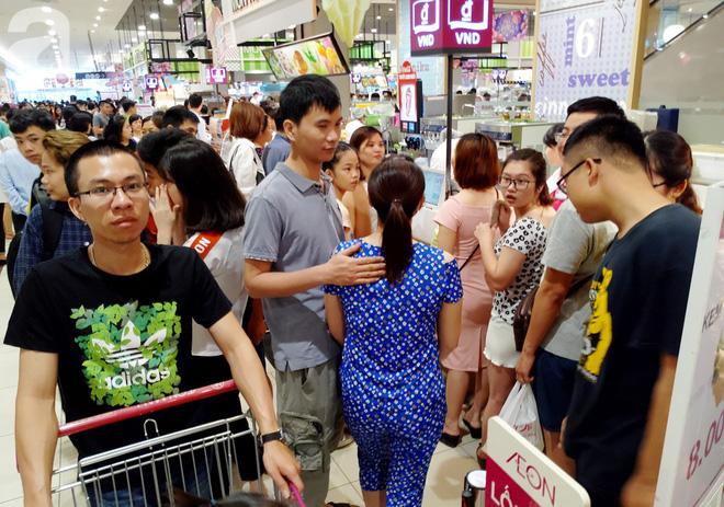 Hà Nội: Siêu thị kẹt cứng, người dân xếp hàng mua đồ ăn, trẻ nhỏ mệt nhoài ngủ gục trên vai cha mẹ-9