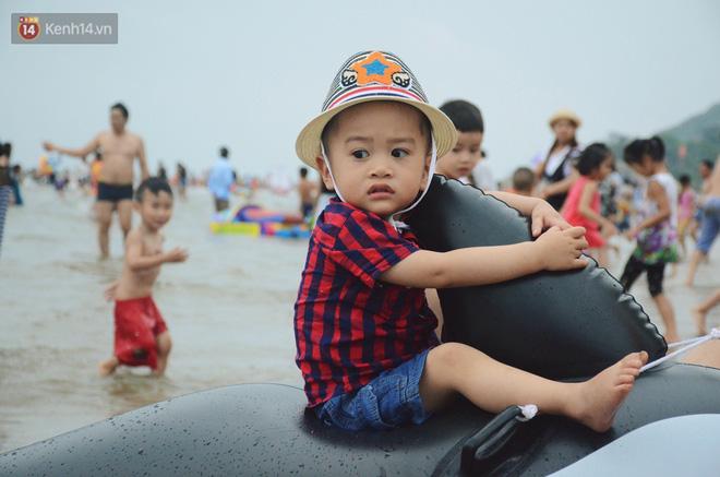 Biển người ken đặc, chen chúc trên các bãi tắm ở Sầm Sơn dịp lễ 30/4 - 1/5-13