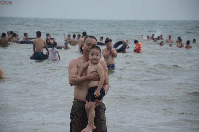 Biển người ken đặc, chen chúc trên các bãi tắm ở Sầm Sơn dịp lễ 30/4 - 1/5-14