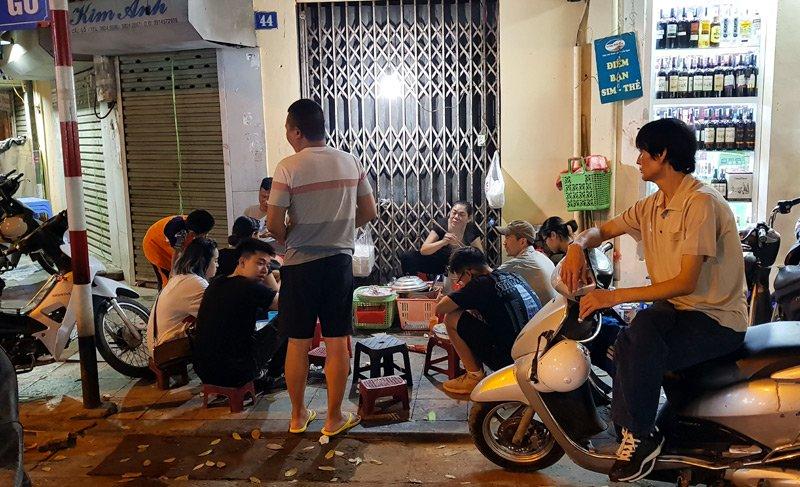 Hàng xôi nức tiếng phố cổ: Bán 3 tiếng ban đêm, ăn phải xếp hàng chờ-1