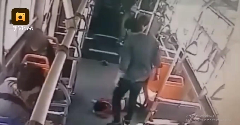 Vì bị đá nhẹ vào tay, nam thanh niên đánh đập cậu bé 6 tuổi dã man ngay trên xe bus-1