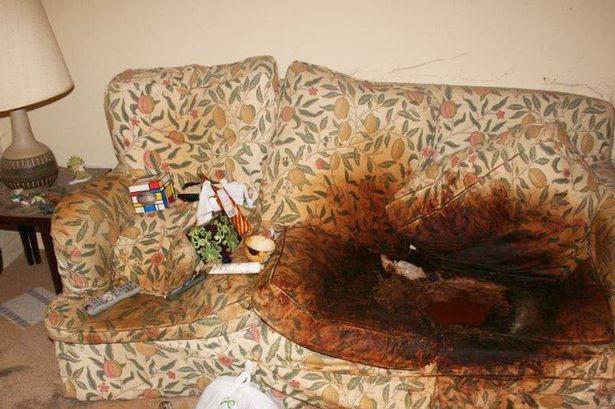 Con gái để mặc mẹ qua đời trên ghế sofa, căn phòng đầy rác rưởi và bộ quần áo tới 10 năm không thay-2