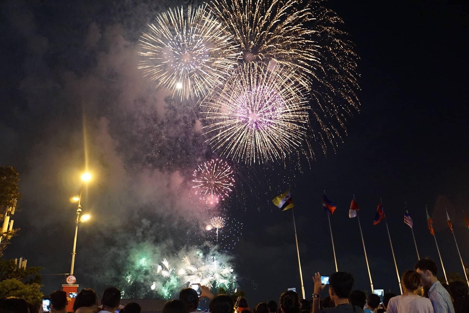 Pháo hoa rực sáng trên bầu trời Sài Gòn mừng lễ 30/4-2