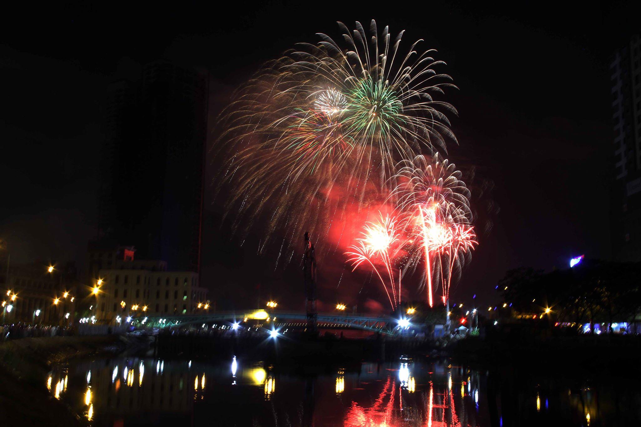 Pháo hoa rực sáng trên bầu trời Sài Gòn mừng lễ 30/4-12